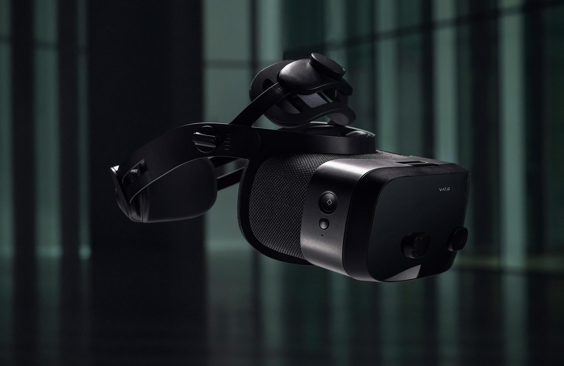 Varjo VR-3のヘッドバンドは3点精密フィットで、頭の形によらずどなたでも合わせられます。また、アクティブ冷却システムにより長時間の装着にも対応しています。フレネルレンズではない特注の超広角レンズや、瞳孔間距離の自動調節、さらに90Hzのフレームレートなどは、鮮明で滑らかな映像を実現し、眼精疲労や3D酔いを低減します。